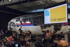 Реконструкция сбитого над Украиной самолета Malaysia Airlines в Нидерландах 13 октября 2015 года. Боинг Малайзийских авиалиний, летевший рейсом MH17, был сбит над Восточной Украиной ракетой произведенного в России комплекса Бук, сообщил Совет безопасности Нидерландов в окончательном отчете о крушении самолета в июле 2014 года, в результате которого погибли 298 человек на борту. REUTERS/Michael Kooren
