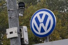 El logo de Volkswagen junto a una cámara del circuito cerrado de seguridad en la sede de la empresa en  Wolfsburgo, Alemania, el 7 de octubre de 2015. Volkswagen recortará la inversión en su mayor división en 1.000 millones de euros al año (1.140 millones de dólares) y acelerará el desarrollo de vehículos eléctricos, dijo la automotriz el martes, mientras intenta capear la tormenta por su engaño en las pruebas de emisiones de vehículos diésel. REUTERS/Axel Schmidt