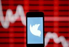 Twitter a annoncé mardi qu'il allait licencier jusqu'à 336 personnes, réduisant ainsi ses effectifs à l'échelle mondiale d'environ 8%, dans le cadre d'un plan de restructuration. /Photo prise le 20 avril 2015/REUTERS/Dado Ruvic