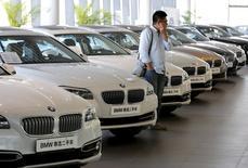 Foto de archivo de un hombre mirando autos BMW en una concesionaria en Pekín, China, 11 de septiembre de 2015. Las ventas de vehículos en China aumentaron por primera vez en seis meses en septiembre y se espera que un recorte tributario para las ventas de coches pequeños que empezó este mes reactive al mayor mercado automotriz del mundo. REUTERS/Kim Kyung-Hoon/Files