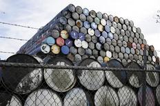 """Barriles de crudo almacenados en una bodega en Seattle, EEUU, feb 12, 2015. La producción mundial de petróleo en campos maduros costa afuera caerá un 10 por ciento el próximo año debido a que se dejó de lado la recuperación de estos al ritmo más rápido en 30 años, en una clara señal de recortes fuera de la industria del esquisto de Estados Unidos, según datos exclusivos. REUTERS/Jason Redmond    ATENCIÓN EDITORES: FOTOGRAFÍA 10 DE 42 DEL PAQUETE DE WIDER IMAGE  """"ROLL OUT THE BARRELS""""  PARA UBICAR TODAS LAS IMÁGENES BUSCAR POR """"OIL BARRELS"""""""