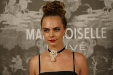 """Cara Delevingne posa para fotos na exibição da Chanel """"Mademoiselle Privé"""", em Londres. 12/10/2015  REUTERS/Peter Nicholls"""