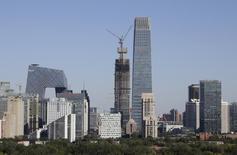La torre III del World Trade Center Tower chino y otros edificios en el distrito financiero de Pekín, oct 12, 2015. Los líderes chinos mostrarán que la prioridad de la segunda mayor economía del mundo es el crecimiento más que las reformas, al establecer un objetivo de crecimiento cercano al 7 por ciento en su próximo plan a largo plazo, incluso aunque la economía pierda impulso, dijeron fuentes cercanas a estas políticas.  REUTERS/Jason Lee