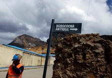 Imagen de archivo de un minero en Morococha, Perú, mayo 13, 2010. La economía peruana habría crecido un 3 por ciento interanual en agosto, apoyada principalmente por un repunte en la clave producción de cobre que contrarrestó una nueva caída del sector de la construcción, mostró el martes un sondeo de Reuters.  REUTERS/Pilar Olivares