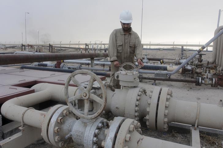 النفط يفقد مكاسبه بفعل توقعات باستمرار تخمة المعروض