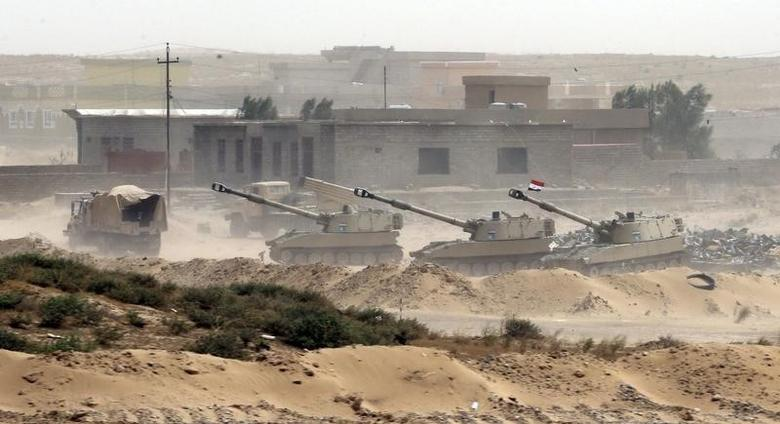 Tanks belonging to the Iraqi Army are seen on the outskirts of Baiji September 7, 2015. REUTERS/Stringer