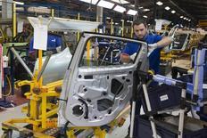 Funcionário de fábrica de carros em Dieppe, na França.  02/09/2015   REUTERS/Philippe Wojazer