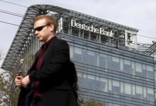Мужчина у офиса Deutsche Bank в Москве. 17 сентября 2015 года. Deutsche Bank считает обвинения, послужившие основой судебного иска бывшего главы трейдинга банка в Москве Тима Уисвелла, безосновательными и намерен отстаивать свою позицию, говорится в комментарии банка. REUTERS/Maxim Zmeyev