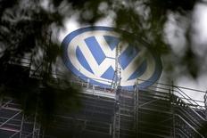 El logo de Volkswagen en la sede de la empresa en  Wolfsburgo, Alemania, el 7 de octubre de 2015. Al menos 30 directivos estuvieron involucrados en el engaño en las pruebas de emisiones de Volkswagen, reportó el miércoles la revista alemana Spiegel, citando investigaciones internas y externas. REUTERS/Axel Schmidt