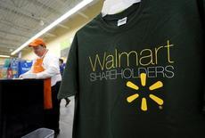 Poleras de Walmart a la venta en una de sus tiendas en Bentonville, Arkansas, 4 de junio de 2015. El presidente ejecutivo de Wal-Mart Stores Inc, Doug McMillon, dijo el miércoles que la fortaleza del dólar posiblemente reducirá los ingresos de la compañía para todo el año en 15.000 millones de dólares. REUTERS/Rick Wilking