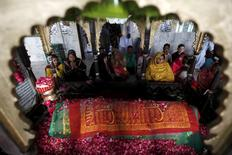 Devotees pray at the grave while visiting the shrine of Hasan-al-Maroof Sultan Manghopir, better known as the crocodile shrine, on the outskirts of Karachi, Pakistan October 11, 2015. REUTERS/Akhtar Soomro