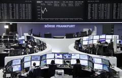 Помещение фондовой биржи во Франкфурте-на-Майне. 15 октября 2015 года. Европейские фондовые рынки растут вслед за рынками Азии благодаря надежде инвесторов, что ФРС отложит повышение процентных ставок до будущего года. REUTERS/Staff/remote