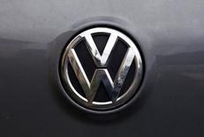 Логотип Volkswagen на капоте автомобиля в Сиднее. 8 октября 2015 года. Немецкий транспортный регулятор KBA заставит Volkswagen отозвать 2,4 миллиона автомобилей в стране после того, как крупнейший европейский автопроизводитель признался в мошенничестве при проверке выхлопов машин с дизельными двигателями. REUTERS/David Gray