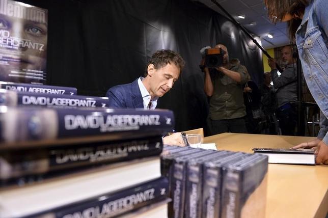 10月14日、スティーグ・ラーソン氏の推理小説「ミレニアム」の続・続編を、ダビド・ラーゲルクランツ氏(写真)が執筆することが分かった。写真は8月、サイン会で(2015年 ロイター/Henrik Montgomery/TT News Agency)