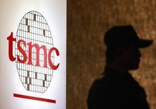Taiwan Semiconductor Manufacturing (TSMC), le numéro un mondial des sous-traitants de semi-conducteurs, a réduit jeudi d'environ 20% ses dépenses d'investissement sur l'année en raison d'une baisse de la demande, notamment en Chine. /Photo d'archives/REUTERS/Pichi Chuang