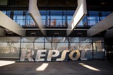 """El logo de Repsol en su sede en Madrid. La petrolera española Repsol anunció el jueves su  nueva estrategia a mediano plazo para combatir unos precios del petróleo obstinadamente bajos, que contempla un ambicioso plan de desinversiones y una reducción del gasto en """"upstream"""" para proteger su dividendo y mantener el grado de inversión. REUTERS/Andrea Comas"""