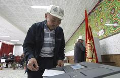 Мужчина опускает бюллетень в урну на избирательном участке во время парламентских выборов в Бишкеке. 4 октября 2015 года. Социал-демократическая партия Кыргызстана (СДПК), тесно связанная с президентом Алмазбеком Атамбаевым, получила большинство мандатов в избранном 4 октября парламенте, сообщил в четверг Центризбирком. REUTERS/Vladimir Pirogov