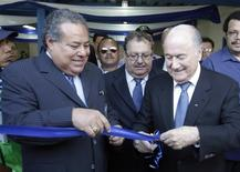 Ex-dirigente da Fifa Julio Rocha (esquerda) e Joseph Blatter, presidente da Fifa, durante inauguração de estádio em Managua, no Nicarágua.  14/04/2011   REUTERS/Oswaldo Rivas
