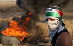 Manifestantes palestino durante protesto contra forças israelenses perto da fronteira entre Israel e Faixa de Gaza. 14/10/2015 REUTERS/Ibraheem Abu Mustafa