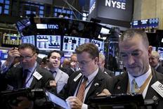 Operadores trabajando en la bolsa de Wall Street en Nueva York, oct 15, 2015. Las acciones cerraron el jueves con un sólido repunte en la Bolsa de Nueva York tras dos días de pérdidas, lideradas por un rebote del sector financiero impulsado por resultados alentadores de CitigroupREUTERS/Brendan McDermid