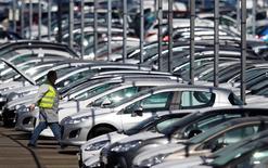La hausse des ventes de voitures en Europe est restée soutenue en septembre (+9,8%) et le scandale Volkswagen ne semble pas avoir affecté les performances commerciales des marques du groupe allemand. /photo d'archives/ REUTERS/Vincent Kessler