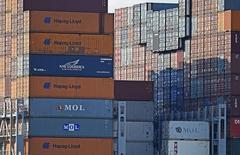 Contenedores de Hapag Lloyd apilados en la terminal Altenwerder en la bahía de Hamburgo, oct 14, 2014. Una serie de advertencias sobre sus ganancias realizada por compañías alemanas en los últimos días puso de manifiesto la vulnerabilidad de las pequeñas y medianas empresas a los mercados emergentes, que enfrentan un crecimiento más débil.     REUTERS/Fabian Bimmer