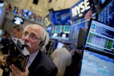 Traders work on the floor of the New York Stock Exchange October 16, 2015. REUTERS/Brendan McDermid