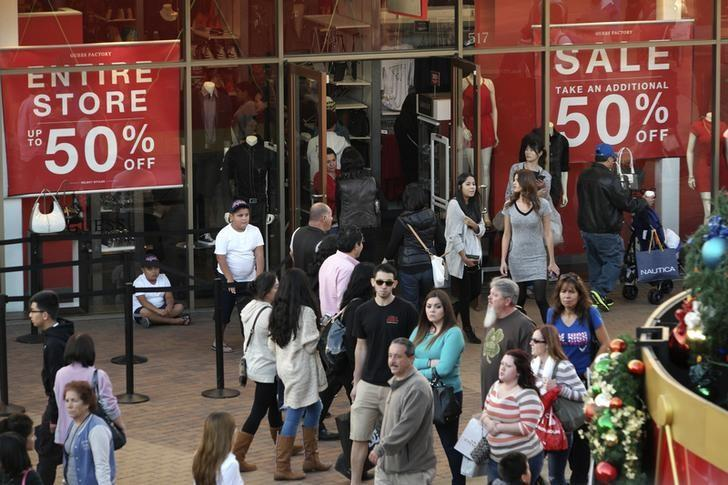Shoppers are pictured during day after Christmas sales at Citadel Outlets in Los Angeles, California December 26, 2014. REUTERS/Jonathan Alcorn