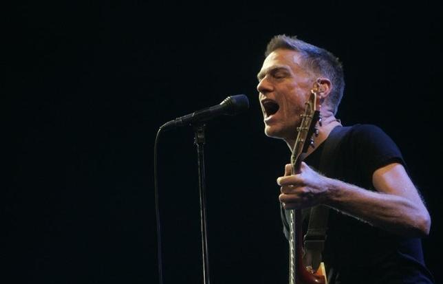 Canadian singer Bryan Adams performs onstage in Riga December 4, 2007. REUTERS/Ints Kalnins  (LATVIA) - RTX4EGD