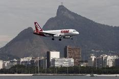 Un avión de la aerolínea TAM a punto de aterrizar en el aeropuerto Santos Dumont de Río de Janeiro, jul 1 2015. Las tres opciones que baraja LATAM Airlines para desarrollar un nodo internacional y doméstico en la región noreste de Brasil necesitan adaptaciones para recibir un centro de conexiones de vuelos, concluyó un estudio divulgado el viernes por la compañía aérea.  REUTERS/Sergio Moraes