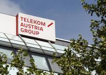 En la imagen, el logo de Telekom Austria en la sede central de la oficina en Viena. 8 de mayo, 2013. Austria desmintió el sábado el reporte de un diario que informó que el país se está preparando para vender su participación de 28 por ciento en Telekom Austria <TELA.VI> al mayor accionista de la compañía América Móvil, propiedad del magnate mexicano Carlos Slim. REUTERS/Heinz-Peter Bader