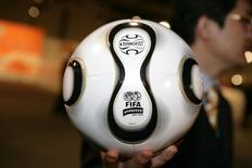 Bola oficial da Adidas para Copa do Mundo de 2006, na Alemanha.    09/12/2005     REUTERS/Kai Pfaffenbach