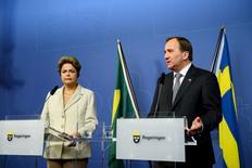 La presidenta de Brasil, Dilma Rousseff, junto al Primer ministro de Suecia, Stefan Lofven, durante una conferencia de prensa en Rosenbad, Estocolmo,  19 de octubre de 2015. El Mercosur está listo para presentar una propuesta de acuerdo comercial a la Unión Europea, dijo el lunes la presidenta de Brasil, Dilma Rousseff, en un evento con empresarios durante una visita a Suecia. REUTERS/Maja Suslin/TT News Agency      ATENCIÓN EDITORES- ESTA IMAGEN FUE BRINDADA POR UNA TERCERA PARTE. ESTA IMAGEN ES DISTRIBUIDA EXACTAMENTE COMO FUE RECIBIDA POR REUTERS COMO UN SERVICIO A NUESTROS CLIENTES.