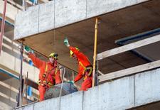 Unos obreros trabajando en un edificio en construcción en Montevideo, ago 10, 2011. Uruguay presentaba el lunes a inversores un nuevo bono de referencia en dólares con vencimiento en 2027, según IFR, un servicio de información financiera de Thomson Reuters.     REUTERS/Andres Stapff
