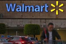 Un comprador empuja un carro frente a una tienda de Wal-Mart, en Ciudad de México, 24 de marzo de 2015. La gigante minorista Wal-Mart de México (Walmex) reportaría una fuerte alza en sus ganancias del tercer trimestre, impulsada por el sólido desempeño de sus ventas comparables, que vieron en el periodo su mayor crecimiento en casi cuatro años. REUTERS/Edgard Garrido