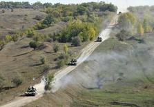 Украинские танки отходят от лини столкновения в Луганской области. 5 октября 2015 года. Киев и пророссийские сепаратисты начали отводить танки и легкую артиллерию от линии столкновения в Донецкой области на востоке Украины, следуя заключенному в сентябре соглашению о мирном выходе из вооруженного конфликта, унесшего с апреля прошлого года более 8.000 жизней. REUTERS/Stringer