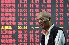 Инвестор в брокерской конторе в Ханчжоу. 15 октября 2015 года. Азиатские фондовые рынки, кроме Гонконга, выросли во вторник в ожидании итогов совещаний крупнейших центробанков. REUTERS/China Daily