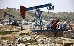 Нефтяные станки-качалки в Баку. 16 июня 2015 года. Азербайджан заложил в бюджет-2016 прогноз существенного замедления экономики из-за падения цен на нефть, и ждет уменьшения производства в энергосекторе, где экспорт углеводородов является ключевым источником доходов казны. REUTERS/Kai Pfaffenbach