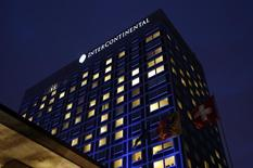 Intercontinental Hotels (IHT),  qui gère plus de 4.900 hôtels sous les marques InterContinental, Crowne Plaza et Holiday Inn, enregistre une croissance plus forte que prévu au troisième trimestre. /Photo d'archives/REUTERS/Denis Balibouse