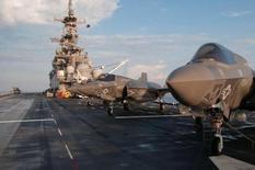 Unos cazas F-35 Bravo Lightning II en la cubierta del USS Wasp en unas pruebas en el océano Atlántico, mayo 19, 2015. Lockheed Martin Corp, el principal abastecedor de armas del Pentágono, reportó el martes resultados trimestrales mejores a lo previsto gracias a una mayor demanda de sus cazas F-35 y dijo que prevé ingresos para todo el año en el extremo superior de sus pronósticos.   REUTERS/U.S. Navy/Chief Mass Communication Specialist Willam Tonacchio/Handout via Reuters   Imagen de uso no comercial, ni de ventas, ni de archivo. Solo para uso editorial. No está disponible para su venta en marketing o en campañas publicitarias. Esta fotografía fue entregada por un tercero y es distribuida, exactamente como fue recibida por Reuters, como un servicio para sus clientes.