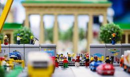 A história da queda do Muro de Berlim é apresentada como parte a exibição permanente da Legoland Discovery Center, na capital alemã 7/11/ 2014.  REUTERS/Hannibal Hanschke