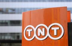 El logo de TNT Express en uun logo colocado en su casa matriz en Hoofddorp, Holanda, abr 7, 2015. Los reguladores antimonopolio de la Unión Europea no tienen objeciones a la adquisición por parte de FedEx de la holandesa TNT Express por 4.400 millones de euros (5.000 millones de dólares), dijeron el martes las compañías.   REUTERS/Toussaint Kluiters/United Photos