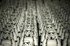 """Люди в костюмах имперских штурмовиков из фильма """"Звёздные войны"""" на Великой Китайской стене 20 октября 2015 года. Продолжение саги """"Звёздные войны"""" установило рекорд для сети кинотеатров IMAX, собрав больше $6,5 миллиона в предпродаже в США, сообщили представители компании во вторник.  REUTERS/Jason Lee"""