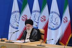 El líder supremo de Irán, el ayatolá Ali Khamenei, habla durante la cumbre 16° del Movimiento de Países No Alineados, en Teherán, 30 de agosto de 2012. El líder supremo de Irán, el ayatolá Ali Khamenei, aprobó el acuerdo nuclear entre Teherán y las potencias mundiales, y ordenó que sea implementado bajo ciertas condiciones, informó el miércoles un sitio oficial en internet. REUTERS/Hamid Forootan/ISNA