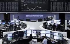 Operadores trabajando en la Bolsa de Fráncfort, Alemania, el 20 de octubre de 2015. Las bolsas europeas bajaban el miércoles en medio de un desplome de la editorial británica de textos educativos Pearson, que ofreció una advertencia sobre sus ganancias, y mientras los bancos suecos retrocedían tras incumplir las expectativas de utilidades en el tercer trimestre. REUTERS/Remote/Staff
