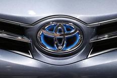 Логотип Toyota на автошоу в Париже 2 октября 2014 года. Японский автоконцерн Toyota Motor Corp сообщил в среду, что отзывает 6,5 миллионов автомобилей из-за проблем, связанных с работой электрических стеклоподъемников.  REUTERS/Benoit Tessier