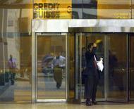 Foto de archivo de un hombre saliendo de la sede de Credit Suisse en Londres, 8 de diciembre de 1998. Credit Suisse planea mudar de Londres casi 2.000 puestos de trabajo debido a los altos costos, dijo el miércoles el nuevo jefe del banco, en un golpe a la posición de la ciudad como el principal centro financiero de Europa. REUTERS/Russell Boyce