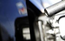 Una gota cae de un surtidor de bencina en una gasolinera en Altadena, California, 24 de marzo de 2012. Los mayores operadores mundiales del mercado de petróleo son mayormente pesimistas respecto a las perspectivas del precio del crudo, que creen que fluctuará con dificultad debajo de los 60 dólares el barril, posiblemente incluso hasta el 2017. REUTERS/Mario Anzuoni