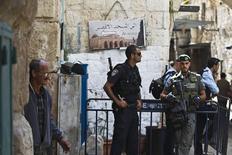 Policiais israelenses na entrada da mesquita Al-Aqsa em Jerusalém.  8/10/2015.  REUTERS/Ronen Zvulun