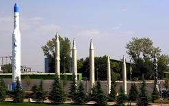 Иранские ракеты в Музее священной обороны в Тегеране. 23 сентября 2015 года. США, Великобритания, Франция и Германия направили письмо в Совет безопасности ООН в среду с просьбой принять меры относительно испытаний ракет, проведенных Ираном. REUTERS/Raheb Homavandi/TIMA